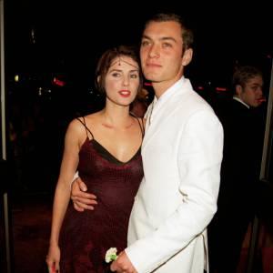 En 1997 avec Oscar Wilde et Bienvenue à Gattaca, c'est le début de la notoriété pour Jude Law. Il tire un trait sur la coloration jaune et adopte le smoking... mais avec des baskets.
