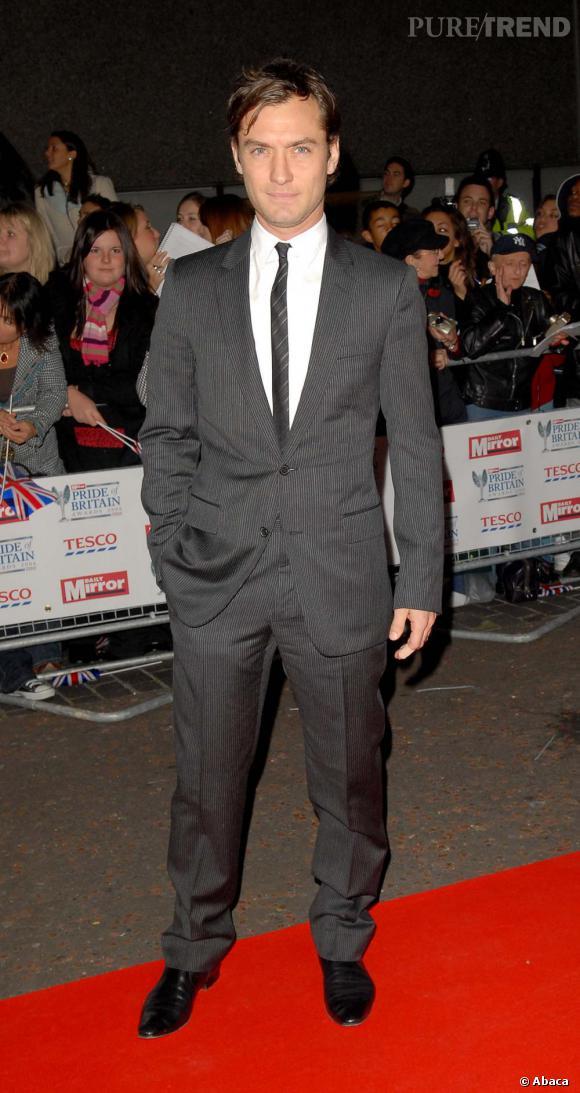 En 2006, Jude succombe à la cravate, mais fine, en harmonie avec son costume et s'offre ainsi des airs de James Bond.