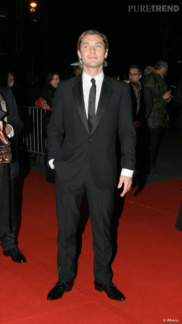 Pour les Césars 2007, Jude adopte le smoking mais revient malheureusement à sa coiffure blonde aux pointes, queue de rat en option.