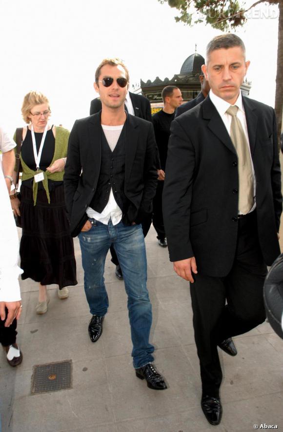 Pour le Festival de Cannes de la même année, Jude est au top de son look. Jean un rien destroy, t-shirt blanc, gilet de barman et veste de smoking,  chick with a twist  !