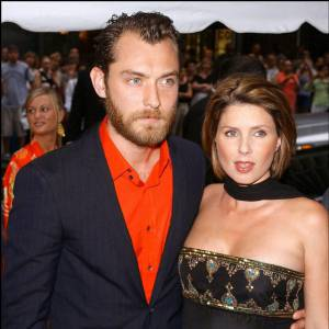 En 2002, Jude affiche son extravagance en chemise orange sur red carpet.