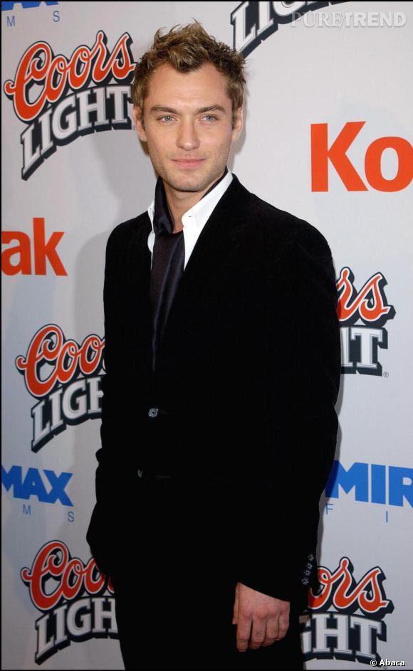Dès 2003, Jude adopte l'écharpe satinée neutre en guise de cravate un détail dans lequel réside le flegme britannique et l'élégance dandy.