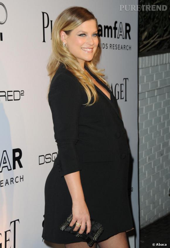 Très enceinte, Ali Larter parie sur le noir pour briller. Une pochette assortie, elle reste discrète.