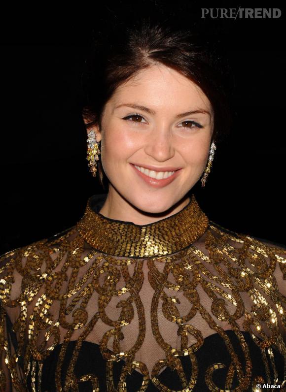 Avec une robe très voyante, Gemma opte avec goût pour un make-up très léger.