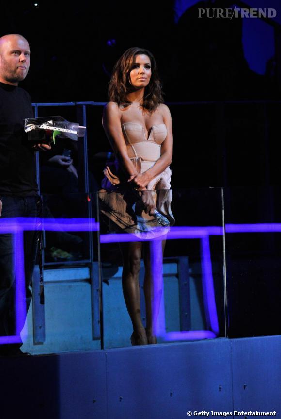 Eva Longoria en petit robe Camilla and Marc ouvre la soirée des MTV Europe Music Awards.