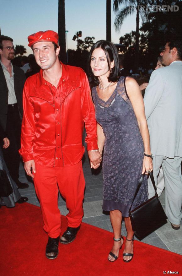 """Lorsque Courteney Cox rencontre David Arquette, le jeune homme prend à la lettre, le look """"tapis rouge""""."""