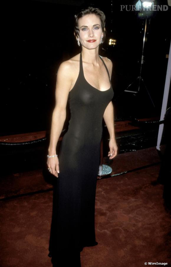 Peu connue avant  Friends , Courteney Cox a du mal à s'adapter au dress code de red carpet. Peu inspirée, elle frôle la vulgarité.