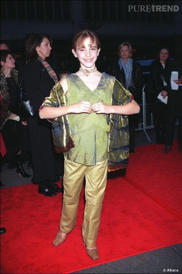 Direction New York pour Emma. Elle s'affiche dans une tenue irisée - trop grande pour sa frêle silhouette - et escarpins python bout carré...