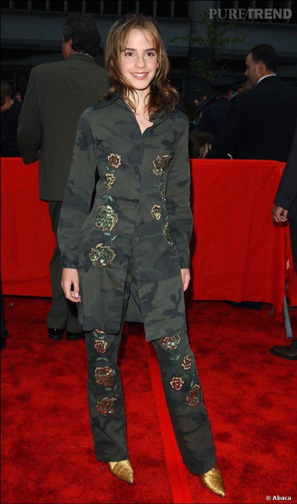 Pour la première new-yorkaise, Emma tente un look camouflage orientalisant, vêtue d'une longue chemise et un pantalon kaki. Elle joue sur les détails en associant aux broderies des escarpins pointus dorés.