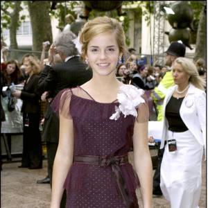 Ce troisième volet est décidément l'occasion pour Emma de gagner en raffinement, comme c'est le cas à Londres pour la première où elle opte pour un ton prune qui s'harmonise avec sa carnation.