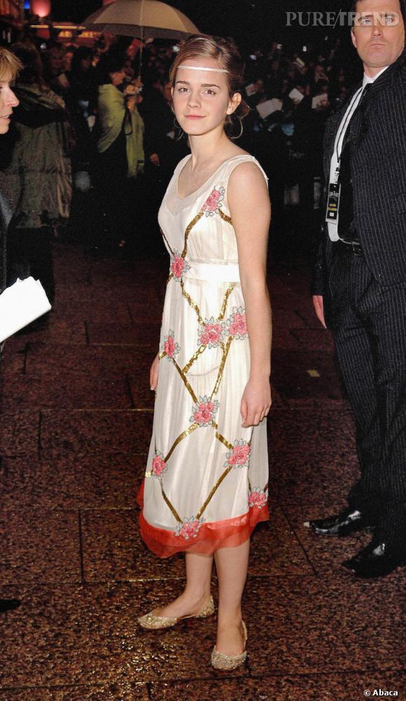 Si la demoiselle est plus gracieuse, elle mélange un peu les genres entre la robe anthique, le ruban et des babouches dorées.