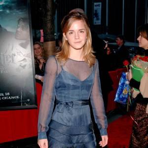 Avec un choix de robe de plus en plus pointu, Emma prouve qu'elle n'a pas peur de prendre la mode à bras le corps avec une création Alberta Ferretti.