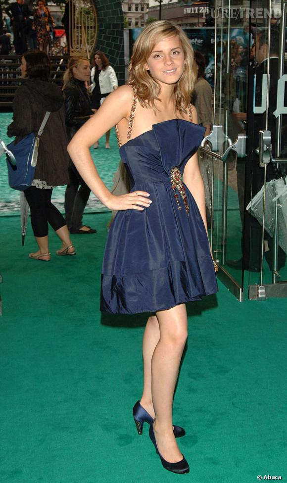 A la première londonienne, l'actrice est tout simplement parfaite en total look Chanel Haute Couture hiver 2006. Très pointilleuse, elle mise sur un total look navy et dompte sa crinière en de souples boucles.