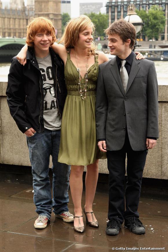 Pour le photocall d' Harry Potter et l'ordre du Phoenix  en 2007, Emma opte pour une robe décolletée et des salomés à talons. Détail mode, le sautoir Chanel qui vient styliser sa tenue.