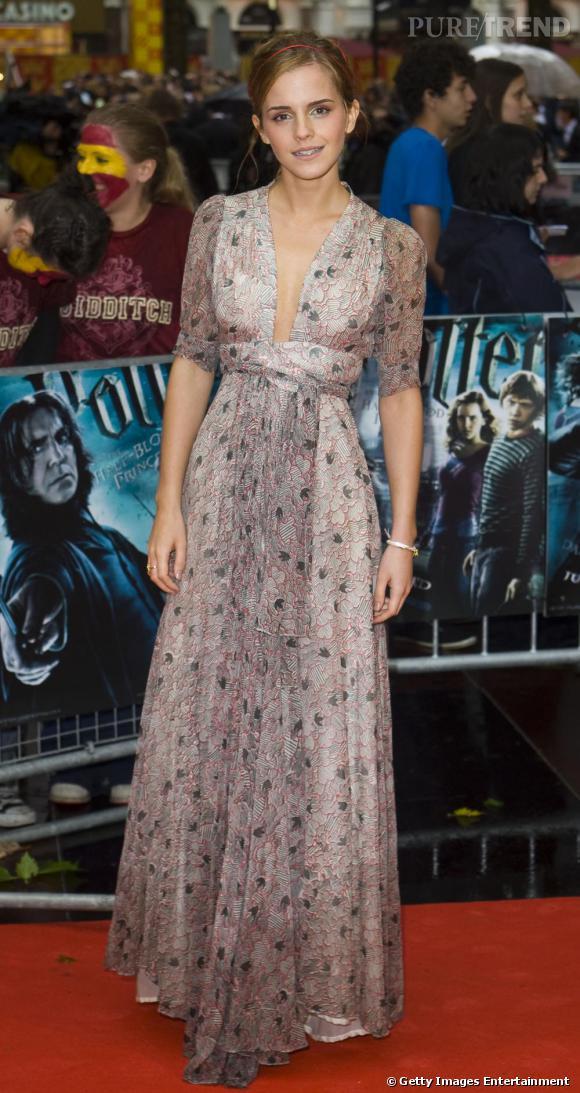 A la première londonienne, l'actrice joue les romantiques avec une robe vintage Ossie Clark. L'égérie Burberry est tout simplement parfaite.