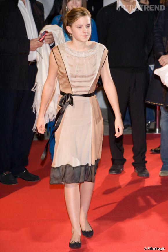 En 2005, Emma opère un sans-faute à Tokyo avec une robe soyeuse de facture minimaliste et raffinée. Elle adopte aussi un beauty look plus abouti.
