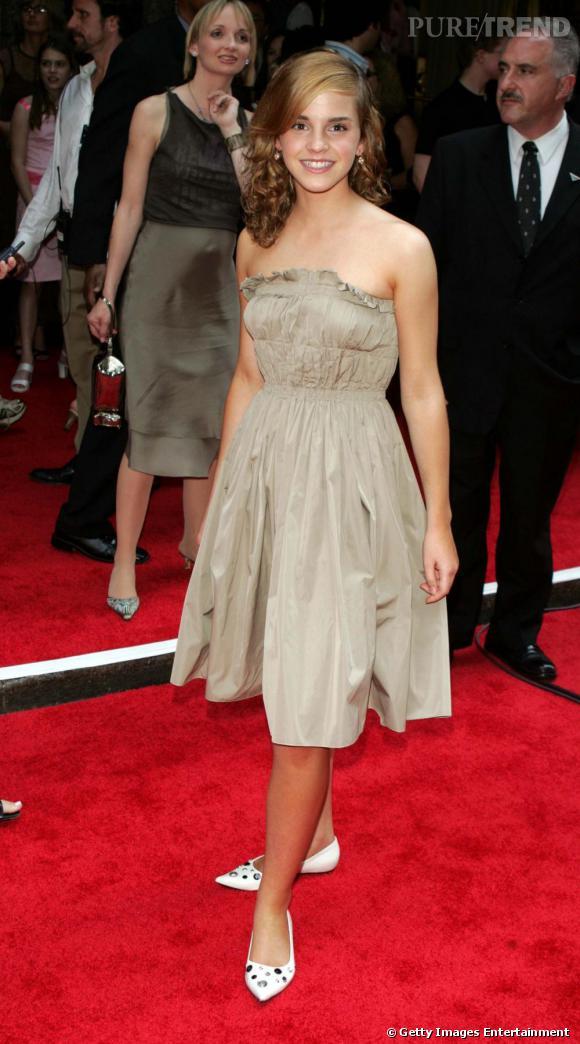 Lors du 3ème volet de la saga, Emma a 14 ans. Elle devient à l'aise sur tapis rouge et ose la petite robe bustier mais ne saute pas encore le pas des escarpins.