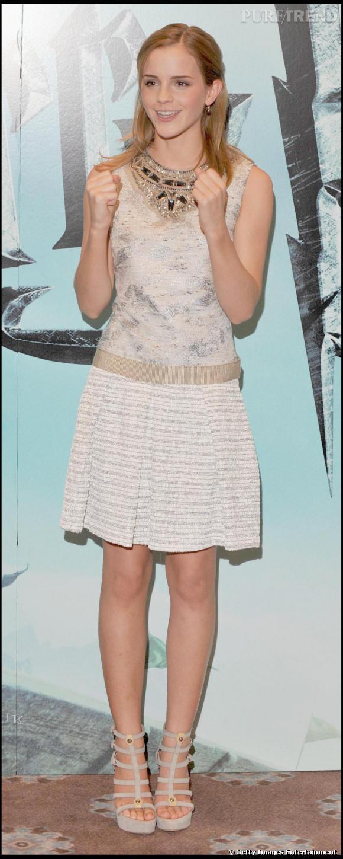 Pour le photo-call d' Harry Potter et le prince de sang mêlé , c'est la consécration pour Emma. Elle fond pour une robe Proenza Schouler Resort 2010 et des escarpins à plateau version gladiateur Giuseppe Zanotti. Un sans-faute de la tête aux pieds.