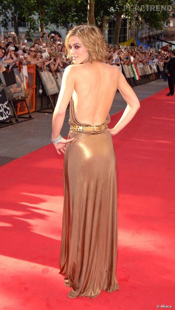 Généralement très pudique, Keira Knightley se dévoile en robe dos nu, les mains sur les hanches pour appuyer sa pose.
