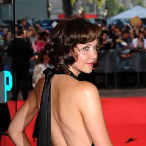 Assez inattendue de la part de la discrète Maggie Gyllenhaal, l'actrice se fait pourtant audacieuse. Tout y est, la robe fendue, la pose 3/4 et la main sur la hanche.