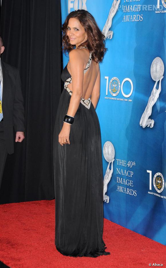 Dévoilant moins de peau que ses copines, Halle Berry reste néanmoins fidèle à son image de James Bond Girl, la pose glamour, l'allure élancée, le dos cambré.