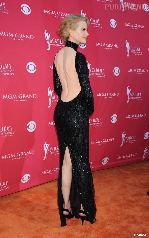 Nicole Kidman fait partie du panthéon des actrices hollywoodiennes. En plus d'une robe à sequins, elle ose la découpe audacieuse dévoilant sa peau opaline et la naissance de ses reins.
