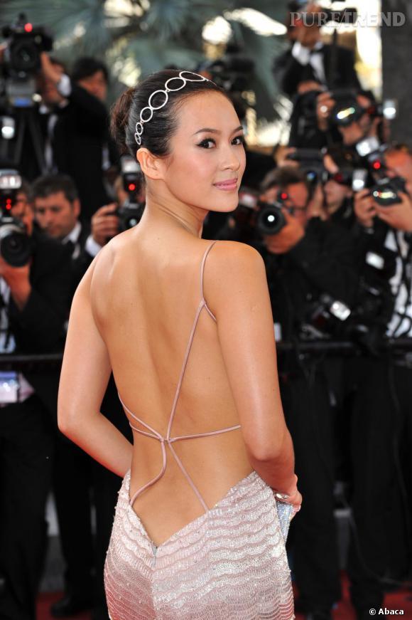 L'actrice Zhang Ziyi se classe parmis les plus adacieuses en ne couvrant son dos que de quelques fils. Le menton relevé, la belle est résolument gracieuse.