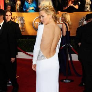 Une blonde californienne ne pouvait pas passer à côté de la pose 3/4 et de la chute de reins dévoilée. Kate Hudson y parvient à merveille, s'offrant en plus l'audace d'apparaître en blanc.