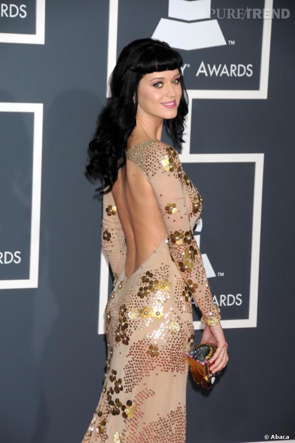 Pas vraiment pudique, Katy Perry ose le dos nu sans vergogne. Avec une robe dorée, le sourire aux lèvres la chanteuse joue les pin-up.