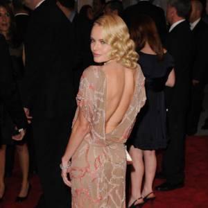 Si Kate Bosworth joue la carte du rétro et de l'ultra sophistication, elle ose la découpe dans le dos, le sourire enjôleur pour envoûter les photographes.