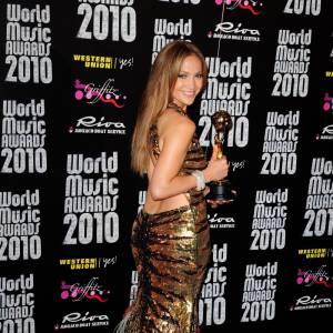 Jennifer Lopez, dont les courbes ont fait la réputation, met en valeur sa plastique avec une robe sequin à l'imprimé animal qui flatte la peau dévoilée par les découpes.