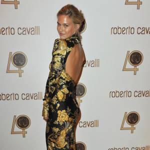 Même avec un mauvais choix de robe, une pause parfaite suffit à Bar Rafaeli pour nous convaincre.