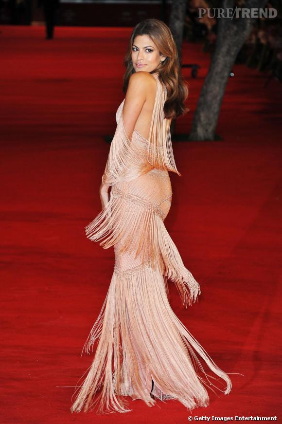 Si la robe d'Eva Mendes ne remporte pas tous les suffrages, la maîtrise de la pose saute aux yeux...