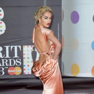 Rita Ora a beau être une nouvelle sur tapis rouge, elle connait déjà toutes les ficelles.