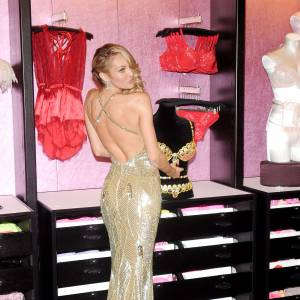 Candice Swanepoel et ses courbes de poupée barbie font fureur.