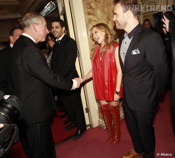 Kylie Minogue serre la main du prince Charles, visiblement toute émoustillée.