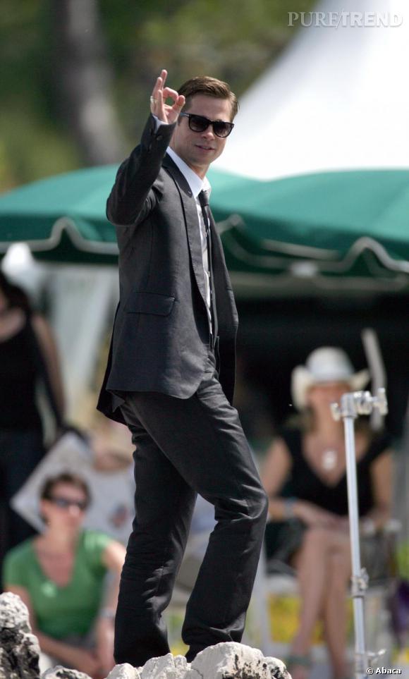 Lunettes fashion, costume bien coupé et rasé de près Brad Pitt fait tourner des têtes sur le tournage de Ocean's Eleven.