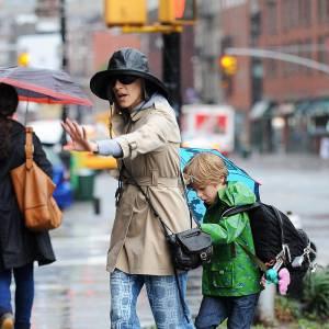 Il est loin le temps où Sarah Jessica Parker était Carrie Bradshaw courant les soirées branchées où se retrouve le tout New-York maintenant place aux jeans bariolés et haut accessories de pêche.