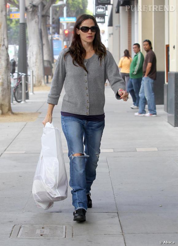 Dans ses looks de rues, moins d'audace et surtout moins de féminité en jean informe troué et pull un peu veilliot, comme on est gentil on ne dira rien sur les cheveux gras.