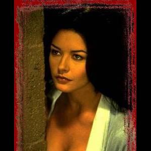 Pulpeuse brunette, on découvre Catherine Zeta-Jones toute corsetée dans Le Masque de Zorro. Elle enchaîne avec des rôles qui mettent tout autant sa plastique à contribution comme Haute Voltige.