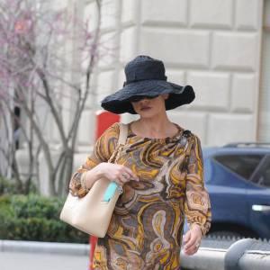 Pour Catherine, inutile de se dissimuler derrière un chapeau et des lunettes, on aurait du mal à imaginer qu'il s'agit de la même personne.
