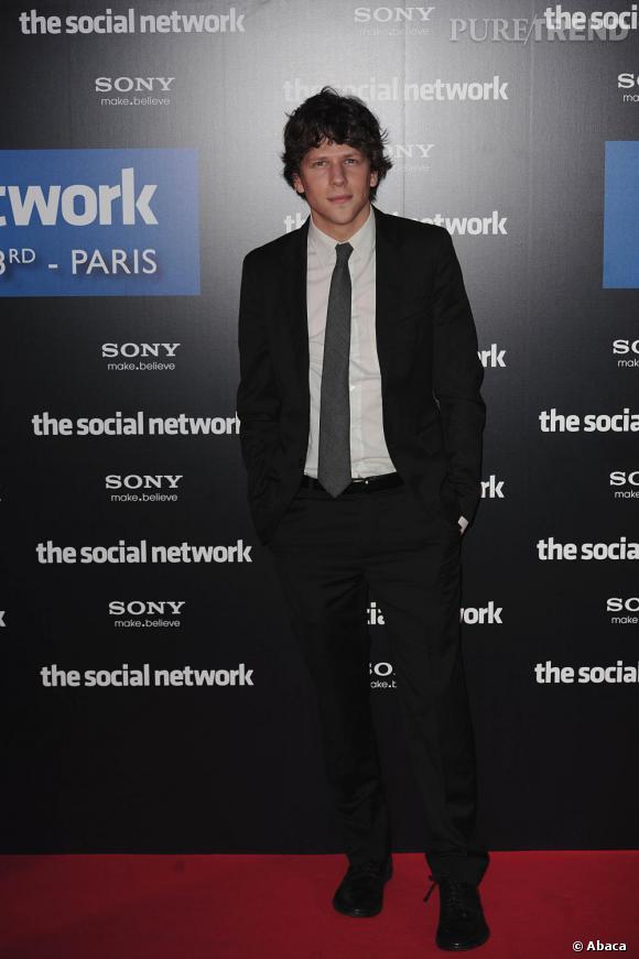 """C'est qui celui-là ?  Jesse Eisenberg. Le nouveau beau-gosse style intello du grand écran. Acteur principal de """"Social Network"""".    Pourquoi il a marqué 2010 ?  Parce qu'il a créé Facebook !"""