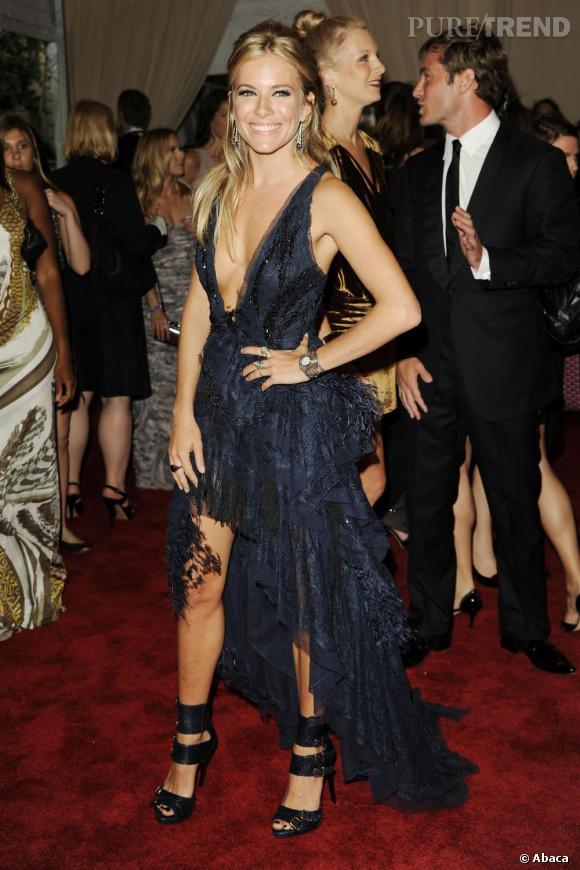Audacieuse, sexy et mode, Sienna s'impose comme une des plus grandes fashionista de sa génération, ici en robe Emilio Pucci Fall 2010.