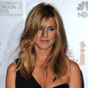 """Les secrets de beauté des stars : Nom : Jennifer Aniston Profession : Comédienne  Son secret : """"Je pense que l'éclat de mes cheveux, je le dois à mon shampoing.  J'utilise depuis plusieurs années un shampoing pour chevaux.  Il contient moins de parfum et de silicone que les autres shampoings pour  humains. Je l'adore car il me rend les cheveux soyeux et brillants. Le  seul hic, c'est le packaging ! Pas très discret dans les chambres  d'hôtel !"""""""