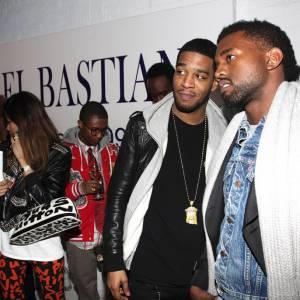 Dans les backstage des Fashion Weeks Kid CuDi parle chiffon avec son copain Kanye West.
