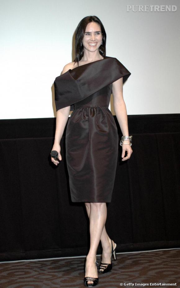 Très élégante en robe Oscar de la Renta.