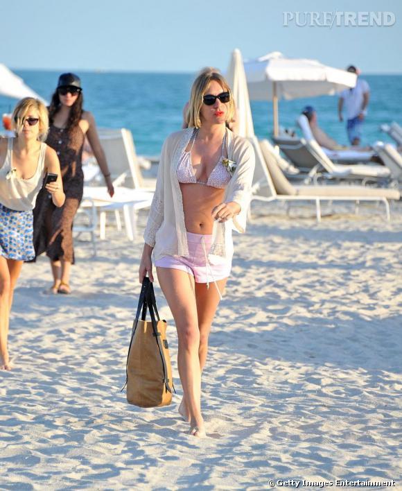 """Décidément très """"plage"""", Chloë Sevigny peaufine son bronzage avec style et à grand renfort d'accessoires, une jolie façon de commencer l'année."""