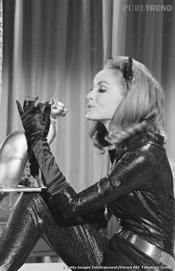 Première à se glisser dans la peau de Catwoman, l'ennemie féline de Batman, Julie Newmar. Pin up, 97-60-97, elle enfile sans mal le costume moulant à paillettes de l'époque. Point d'effet spéciaux, les oreilles de chat s'attachent à un serre-tête.