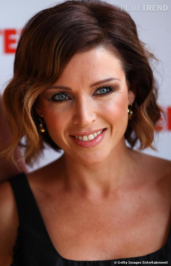 Carré plongeant ondulé et oeil charbonneux, Dannii Minogue opte pour un classique beauty-look de ...
