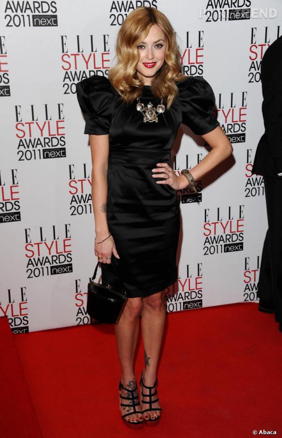 La présentatrice télé britannique et it-girl, Fearne Cotton, en petite robe aux épaules exagérées.